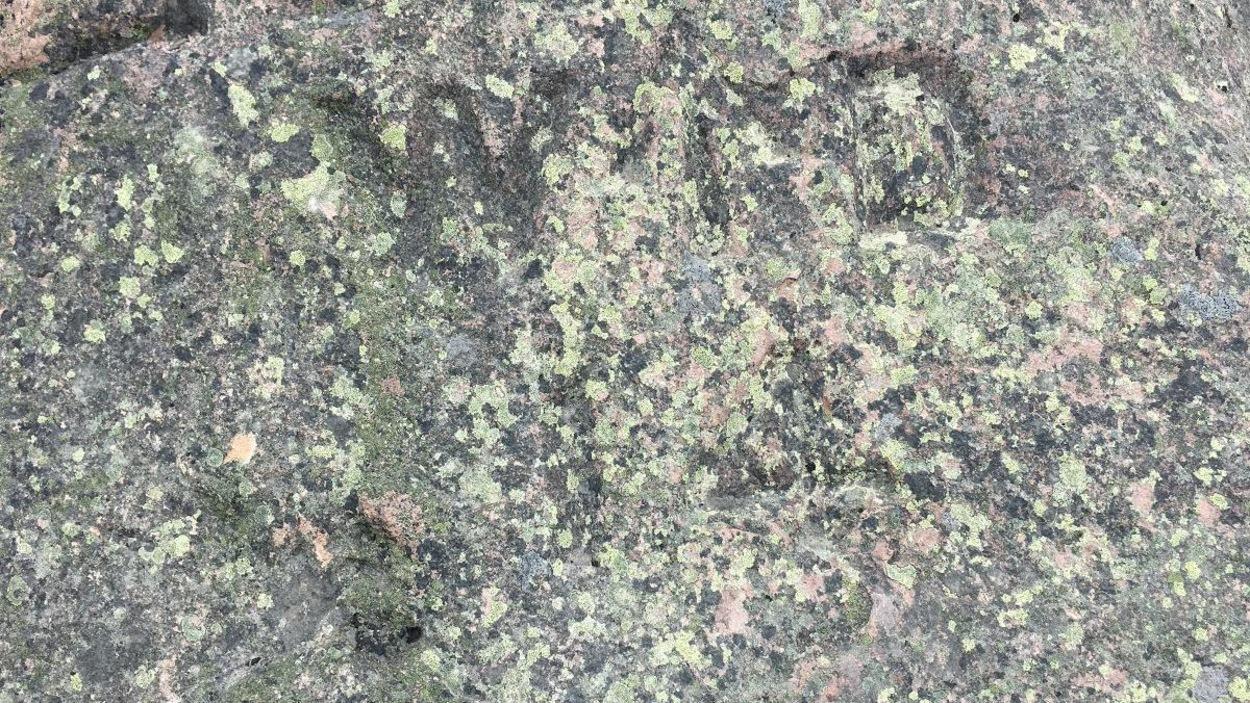 Des indications gravées dans la pierre