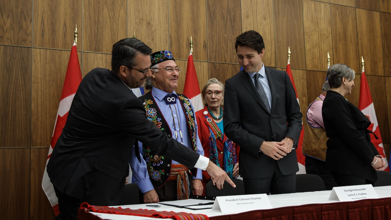 Le président du Ralliement national des Métis, Clément Chartier, et le premier ministre du Canada, Justin Trudeau, lors du sommet avec les Métis, avril 2017