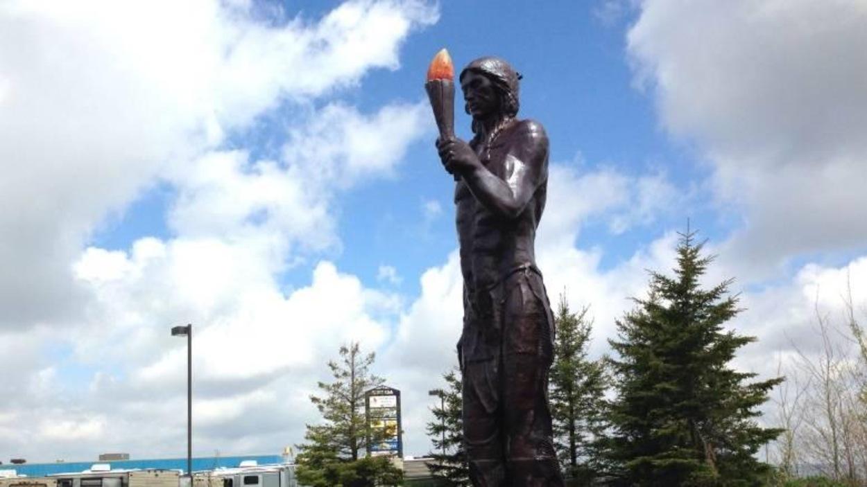 La statue de Glooscap se trouve dans la Première Nation Millbrook, en Nouvelle-Écosse.