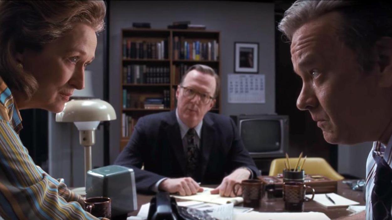 Meryl Streep et Tom Hanks se regardent dans les yeux durant une scène du film <i>Le Post</i>