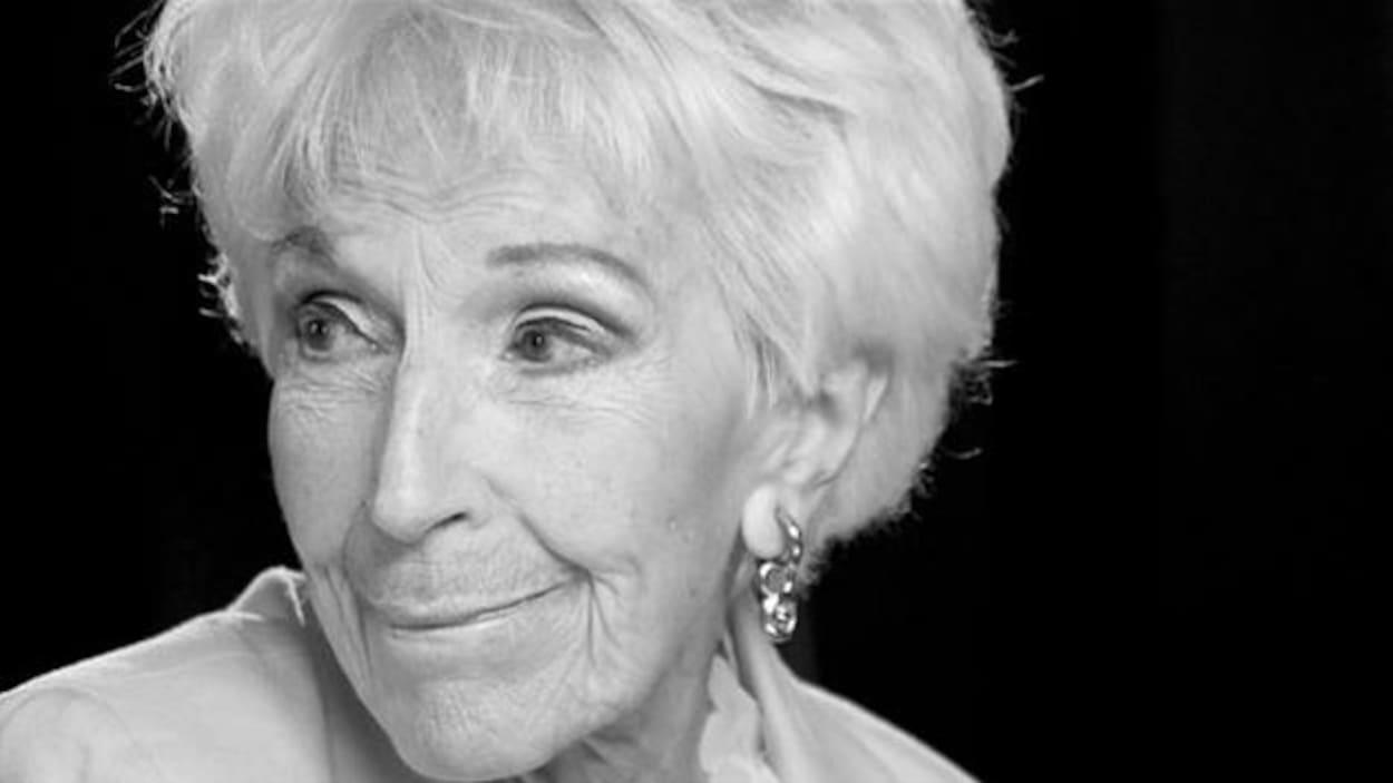 Une photo en noir et blanc de la comédienne Janine Sutto