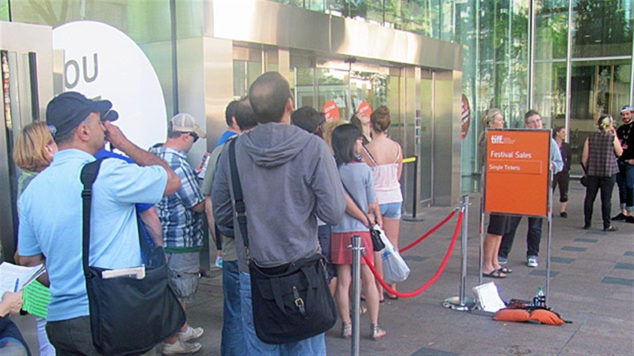 Les passionnés de cinéma font la file pour acheter des billets.