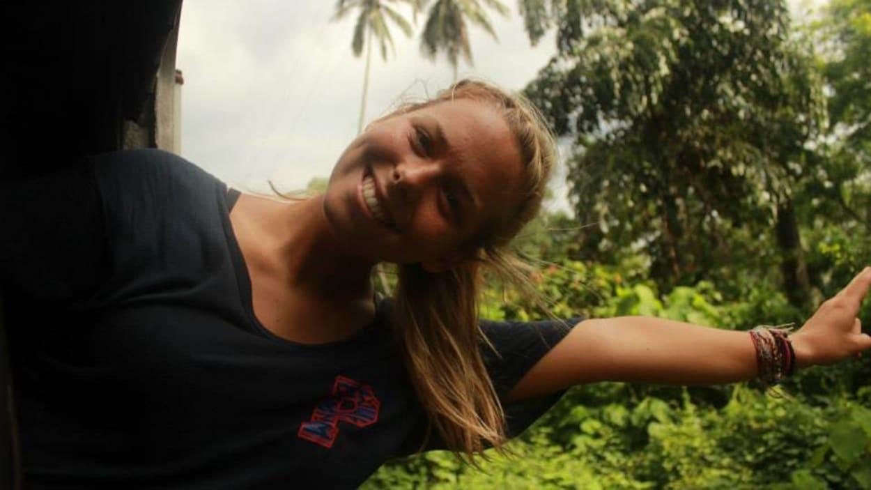 Mathilde Lafrenière-Cotnoir sortant la moitié de son corps d'un train au Sri Lanka
