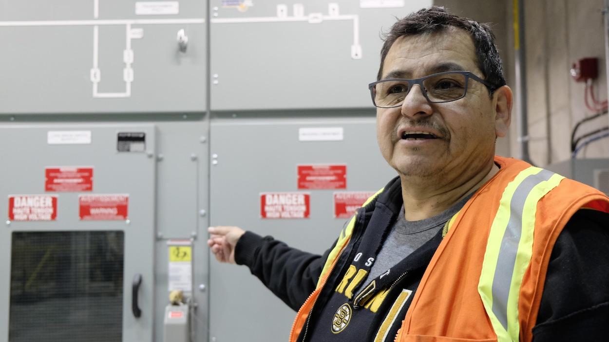 Wayne Sabourin, ancien chef de la Première Nation Pic Mobert dans le nord-ouest de l'Ontario, montre les installations hydroélectriques de sa communauté.