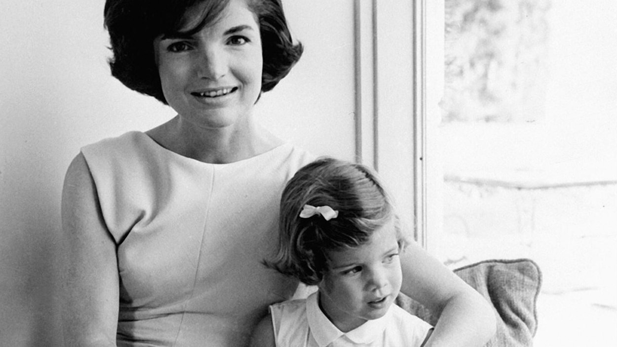 Jackie Kennedy et sa fille Caroline (photo non-datée)