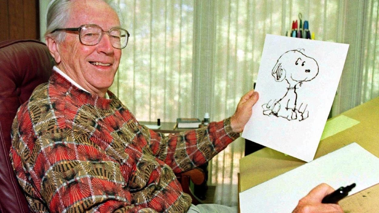 Charles Schulz à sa table à dessin en 1997.
