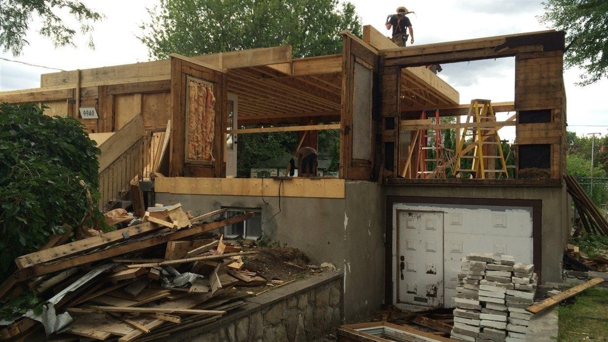 Une maison en construction avec une structure apparente de bois.