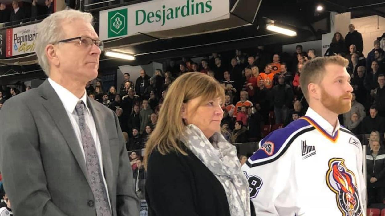 Les Giroux sur la patinoire pendant la cérémonie de retraite du numéro 28 chez les Olympiques de Gatineau