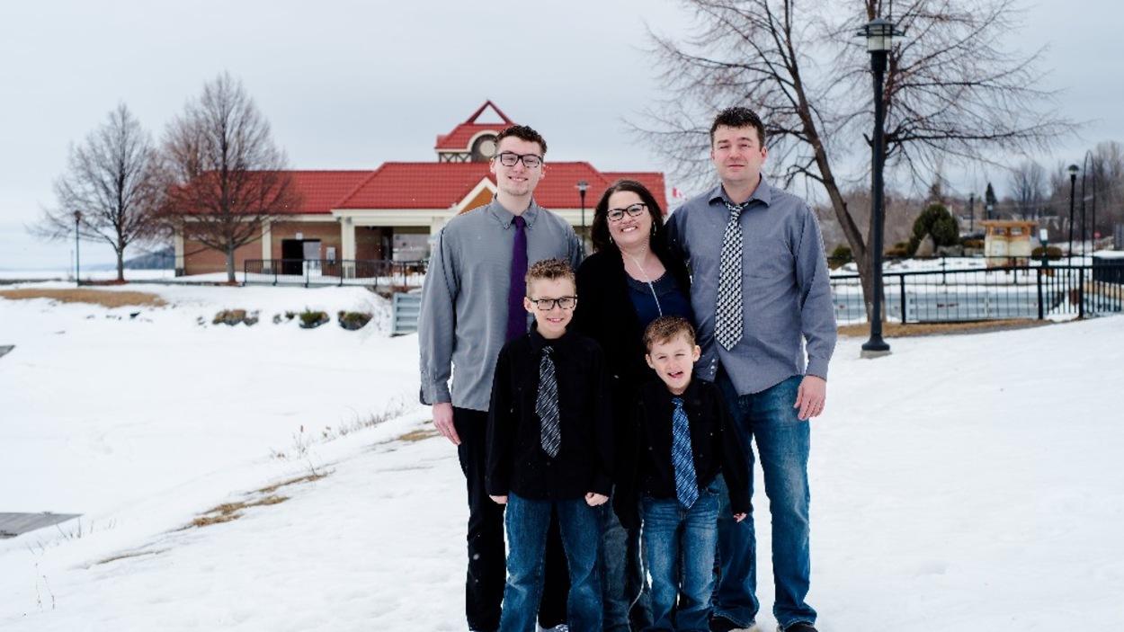 Vicky Pineau avec sa famille dans une photo dehors, scène hivernale à Temiskaming Shores