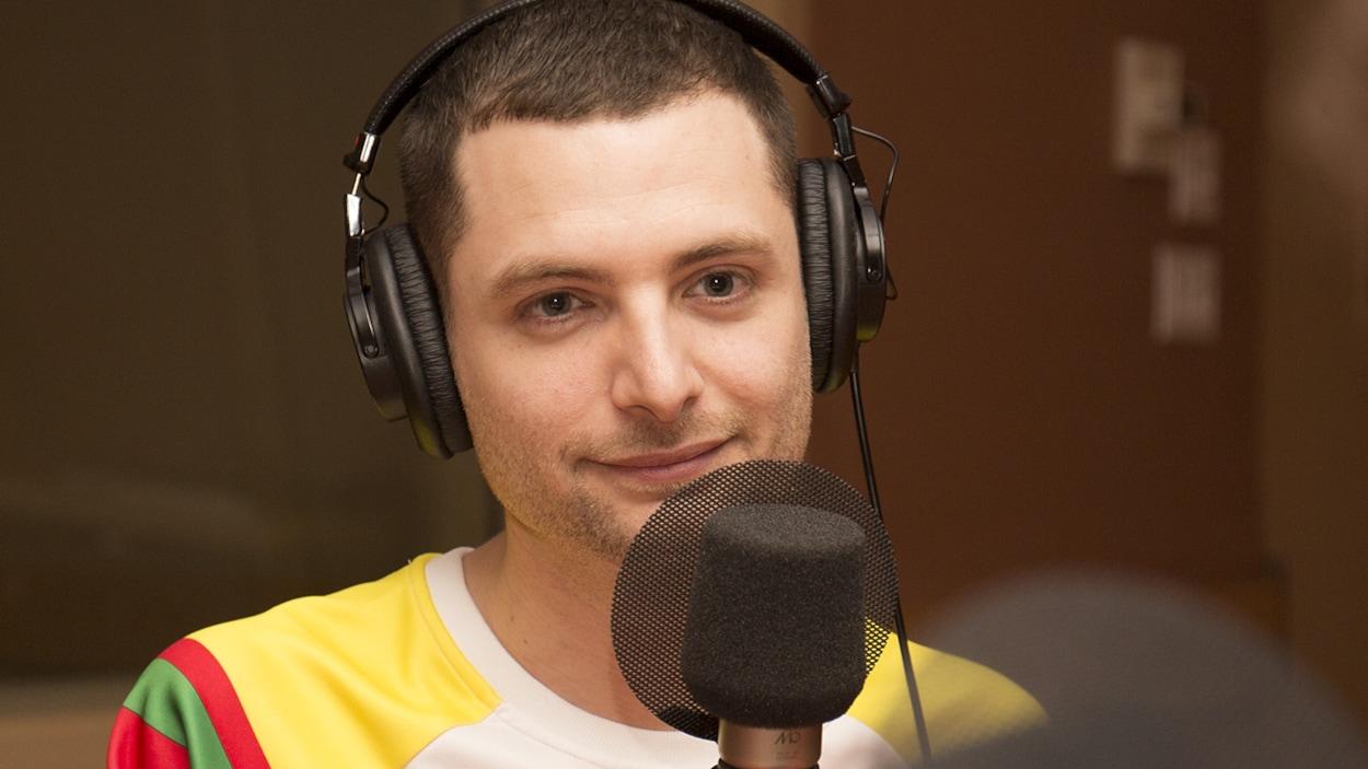 Bernard Lavallée répond aux questions de Catherine Perrin au studio 18 de Radio-Canada, à Montréal, le 9 avril 2018.
