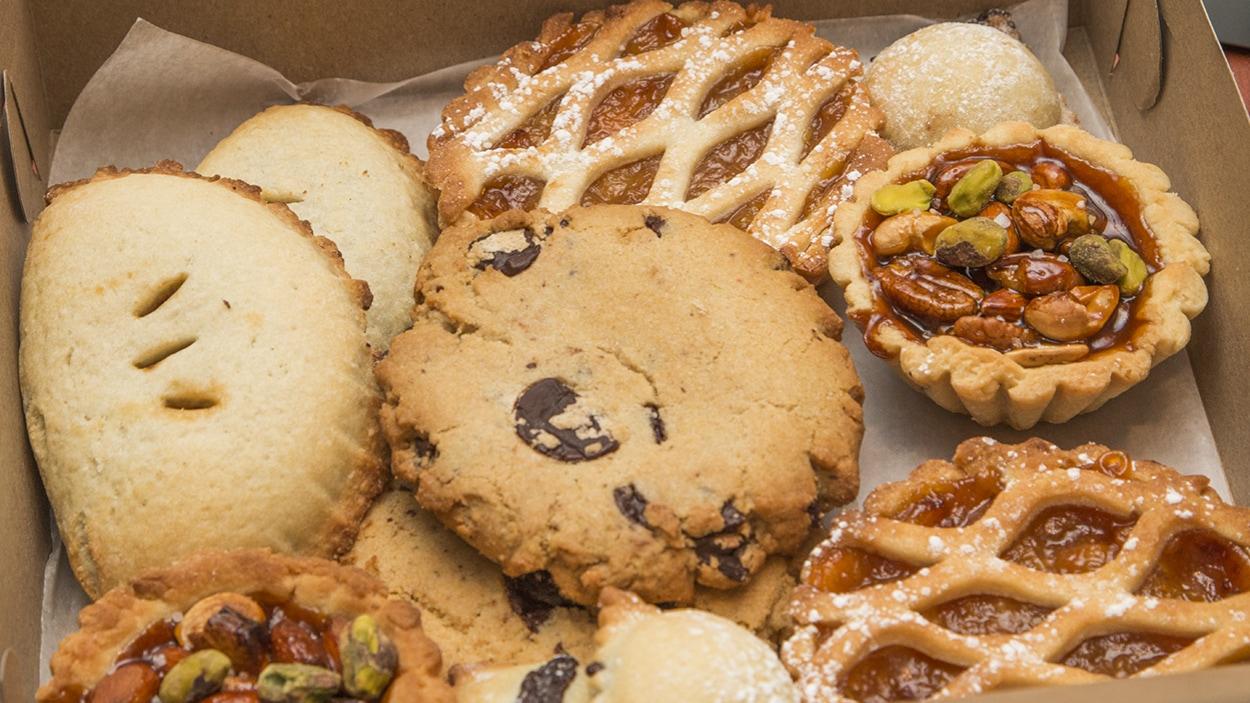 Des pâtisseries véganes dans une boîte.