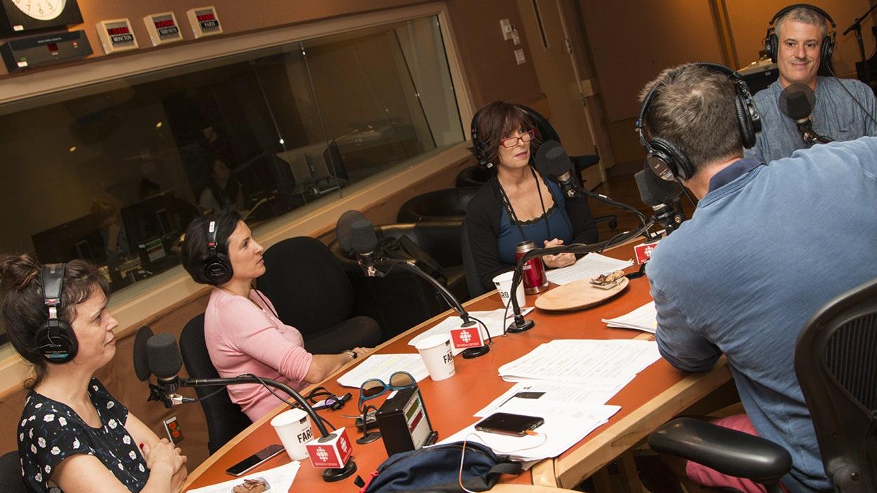 Stéphan Bureau entouré de ses invités : Élise Desaulniers, Katerine-Lune Rollet, Anne-Marie Roy et Frédéric Morin