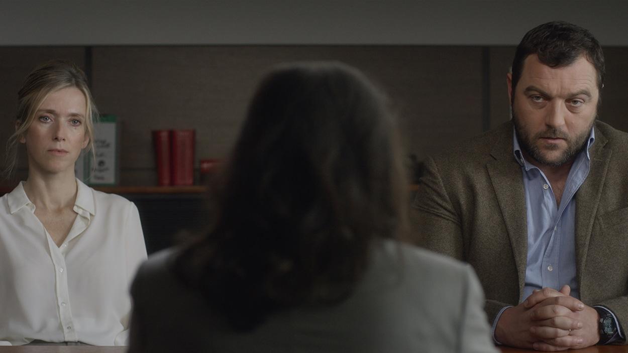 Léa Drucker et Denis Menochet regardent un interlocuteur vu de dos dans cette image tirée du film <i>Jusqu'à la garde</i>, de Xavier Legrand.