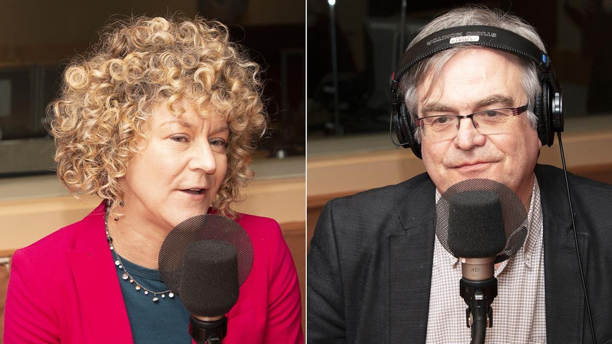 Une femme et un homme sont dans un studio de radio.