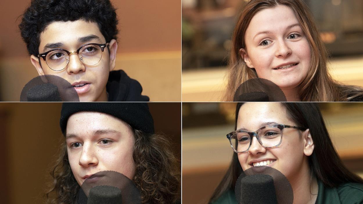 Photomontage de quatre jeunes, deux garçons et deux filles, dans un studio de radio.