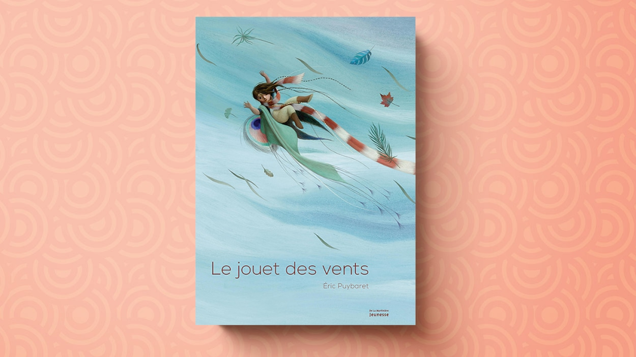 Couverture du livre <em>Le jouet des vents</em>, d'Éric Puybaret. On y voit un enfant, bras ouverts et écharpe au vent, flotter au milieu d'un ciel bleu, entouré de feuilles d'arbres qui virevoltent à ses côtés.