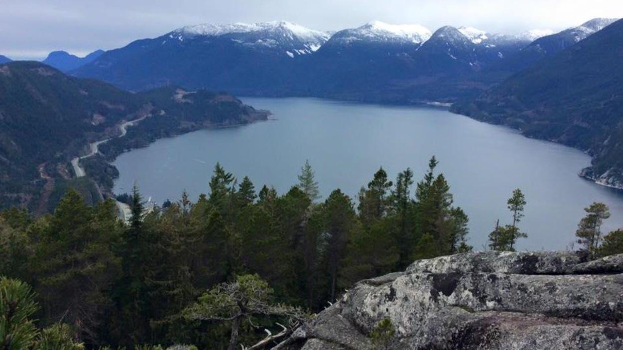 Un lac au pied des montagnes près de Squamish.