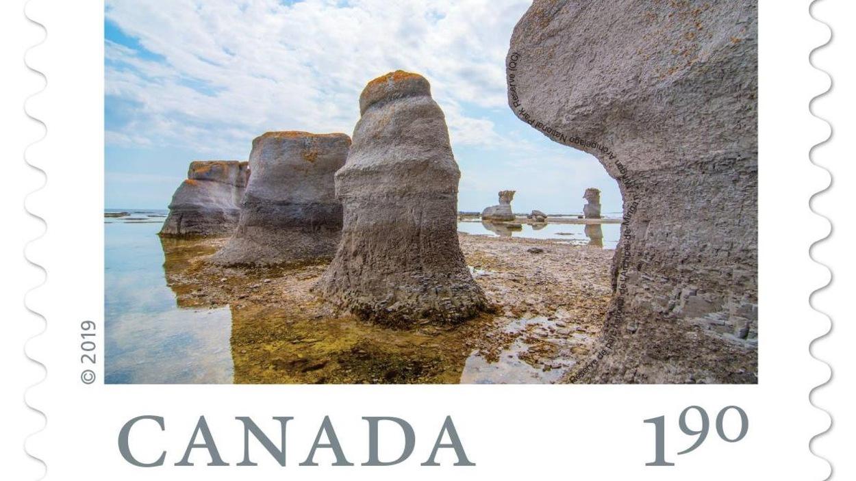 Le timbre de Postes Canada qui montre la photo prise par Lévis Landry dans l'Anse des Érosions de l'île Quarry, dans la Réserve de parc national de l'Archipel-de-Mingan