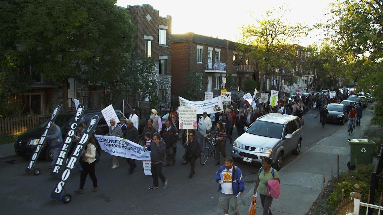 Une manifestation contre l'embourgeoisement dans les rues de Montréal.