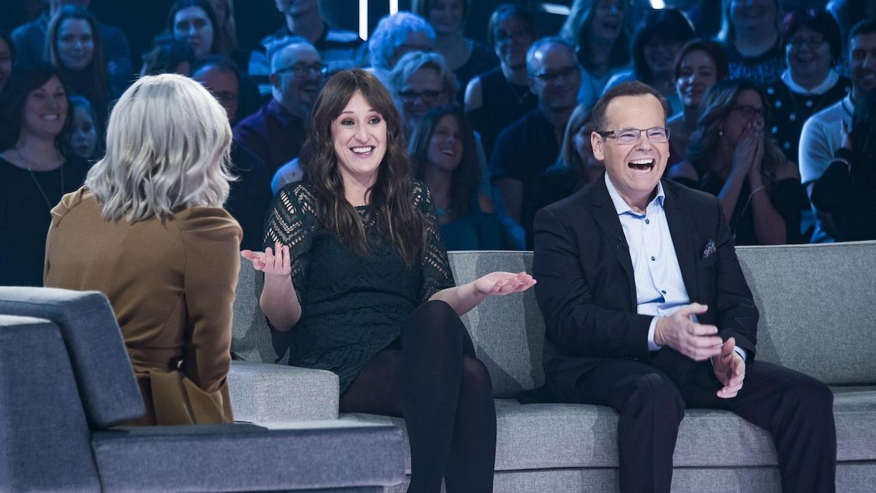 Les deux personnes rient et la troisième est de dos.