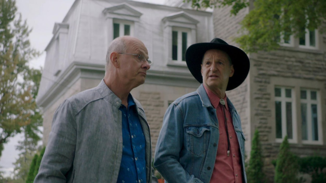 Sam et Joe qui discutent près de l'église.