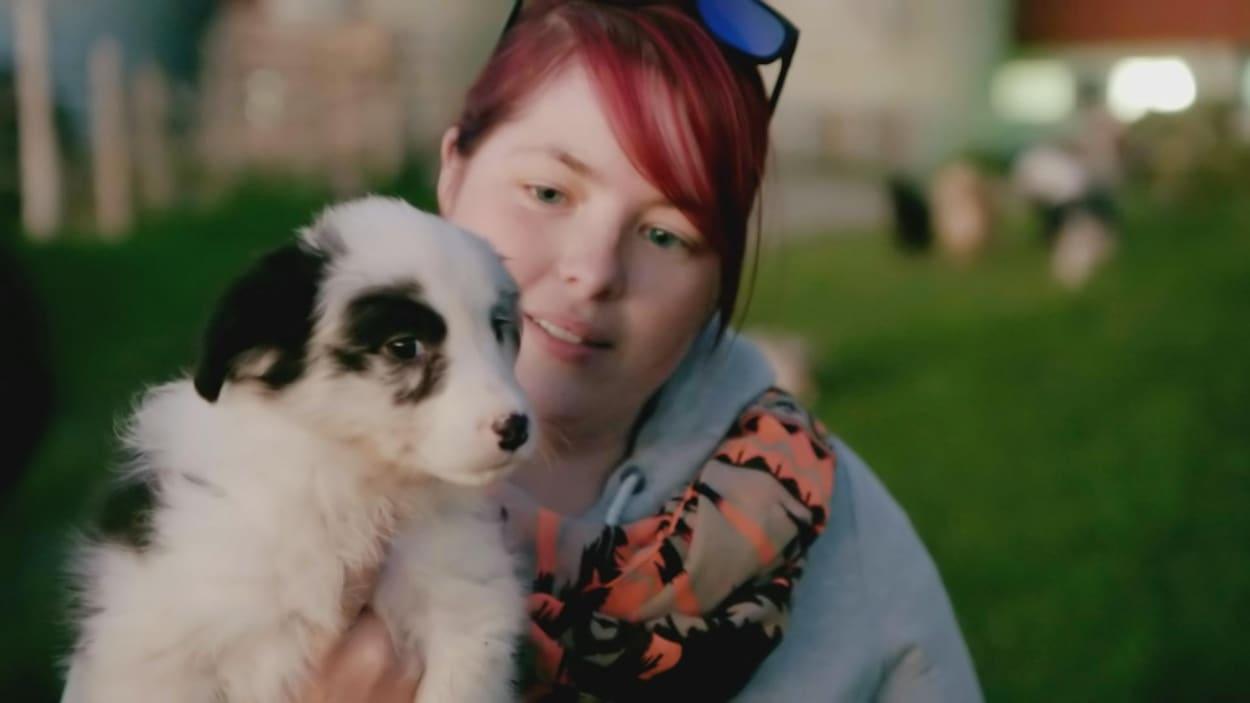 Marie-Josée avec son chien blanc et noir