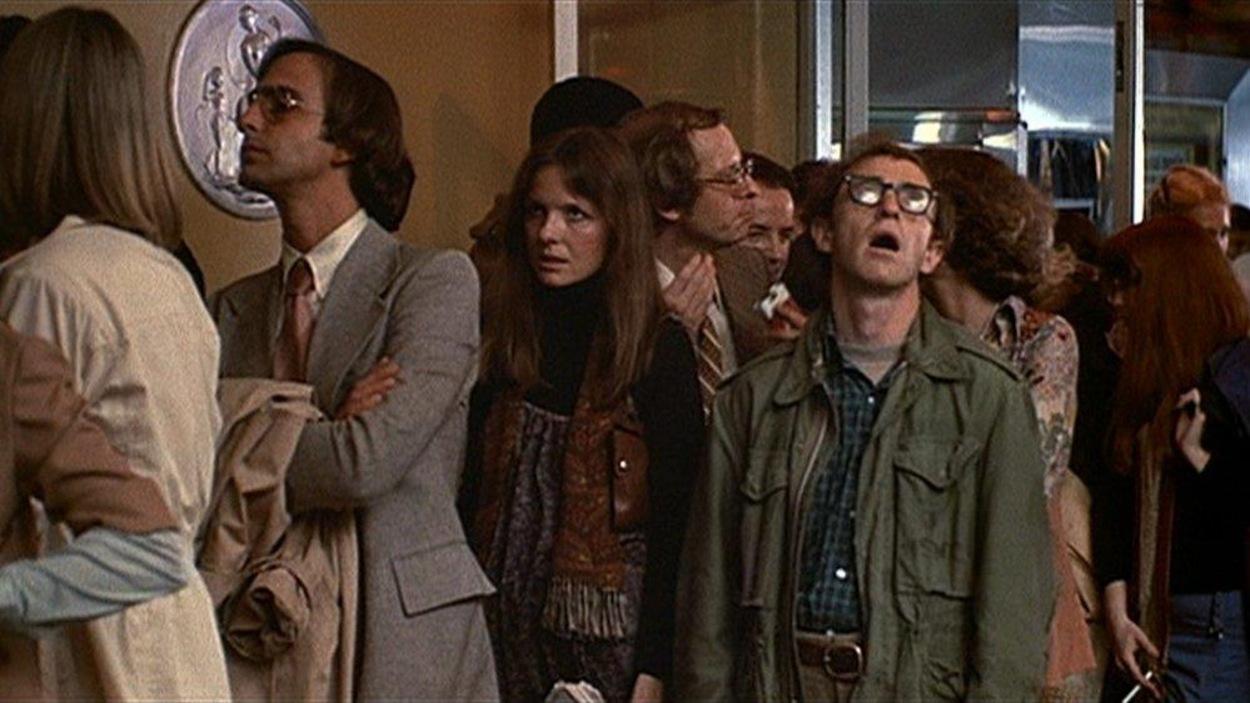 Un homme et une femme (Woody Allen et Diane Keaton) dans une file d'attente