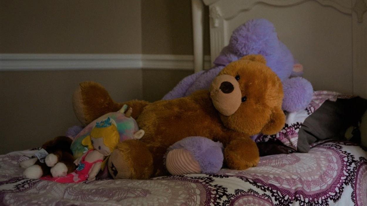 toutous dans un lit d'enfants.