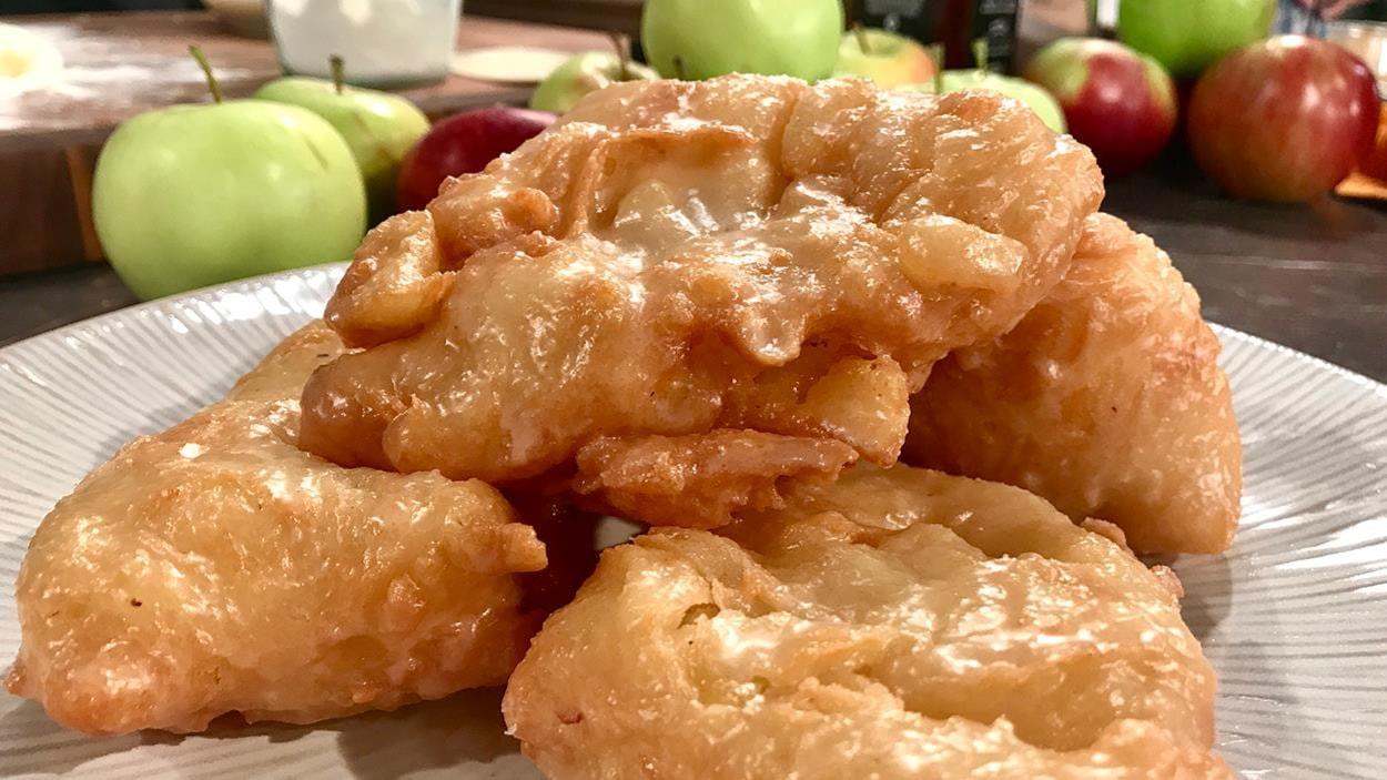 Quelques beignets croustillants dans une assiette blanche