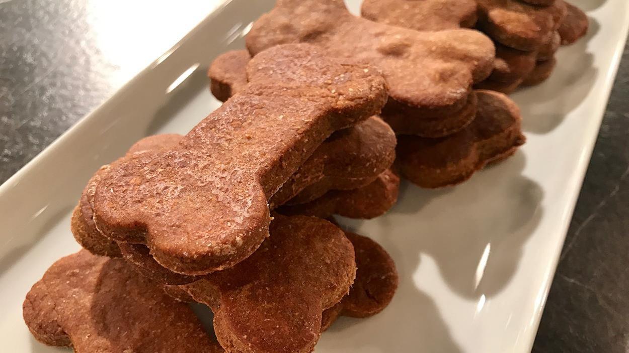 Des biscuits en forme d'os posés dans un plateau de service blanc