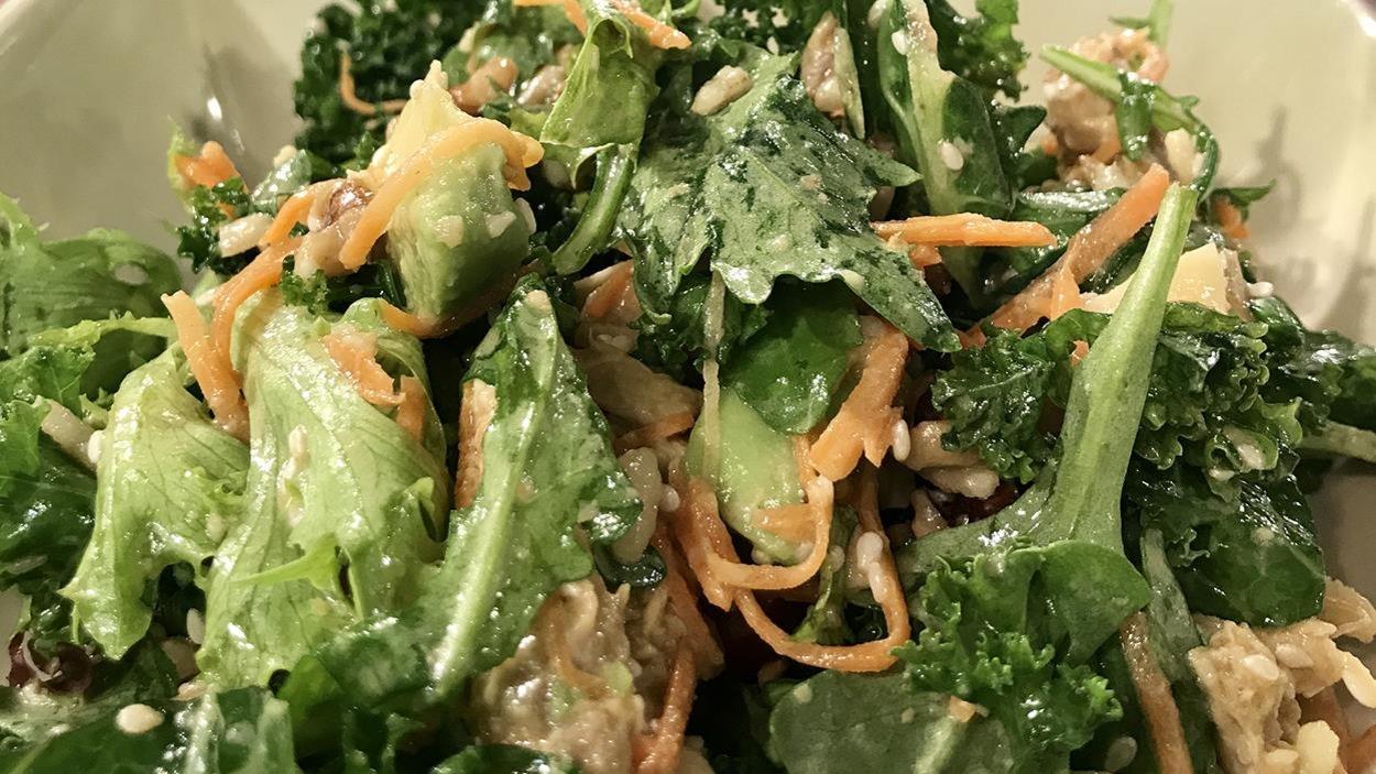Une salade contenant des carottes, du riz et du parmesan