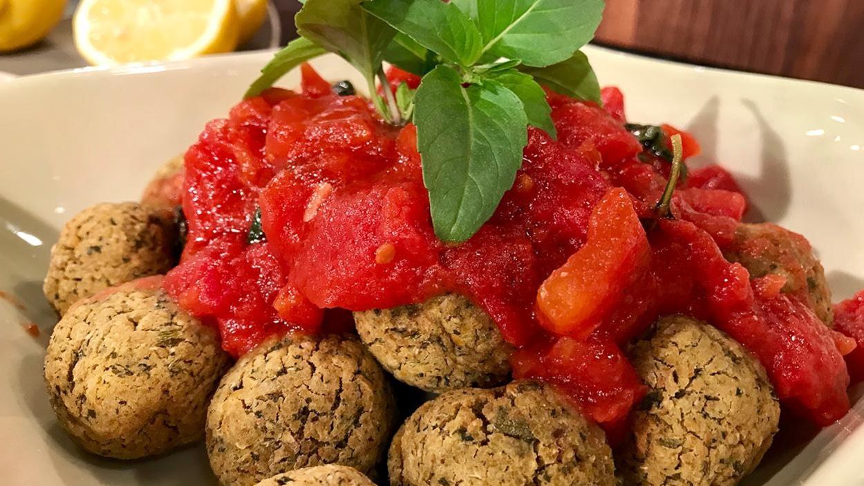 Les boulettes sont recouvertes de sauce tomate