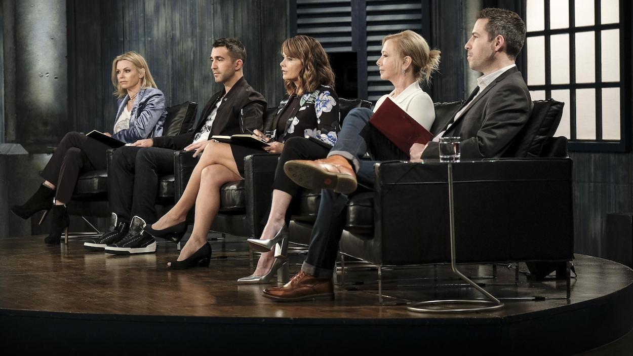Ils sont assis dans des fauteuil en cuir noir.