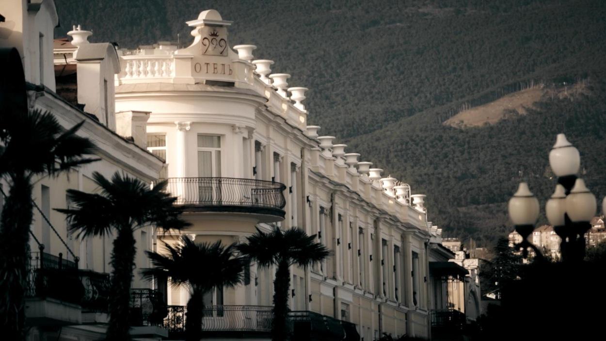 Un édifice blanc devant une immense vallée.