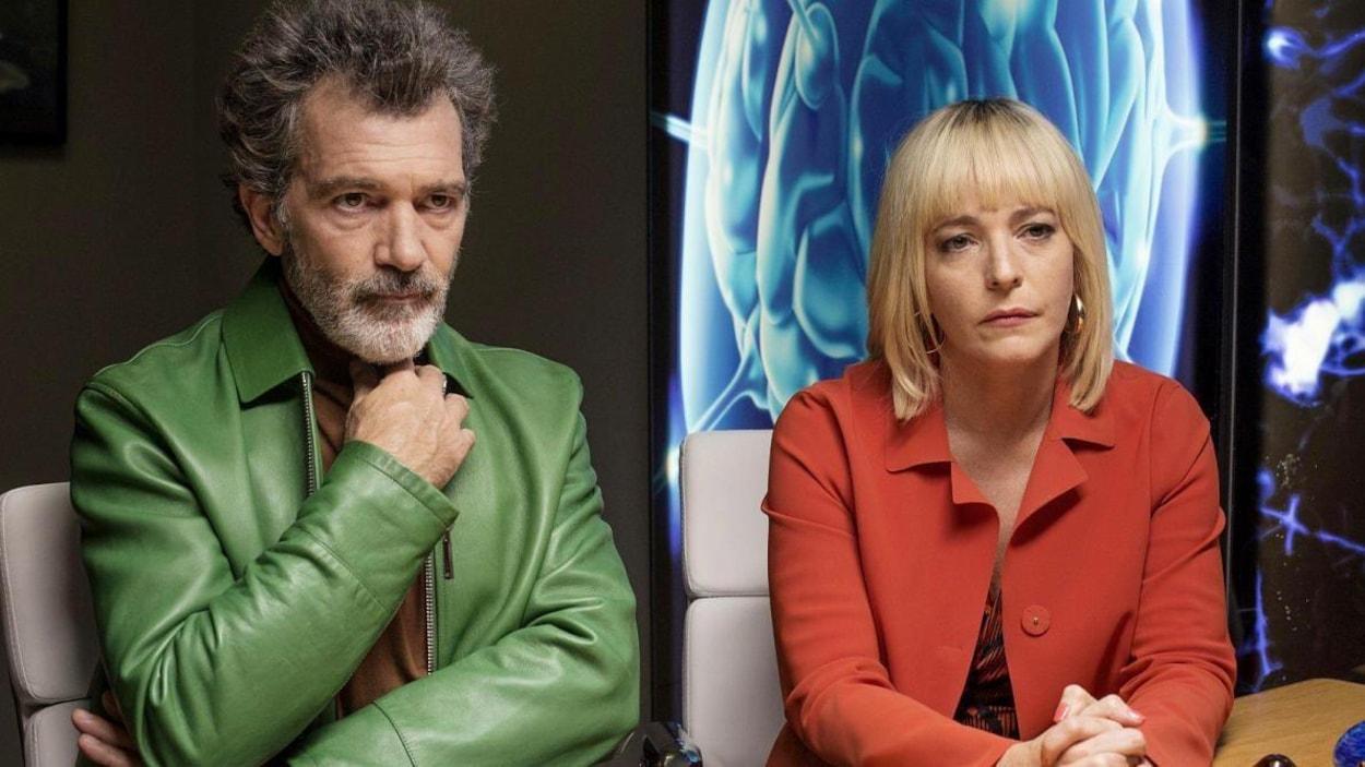Un homme (Antonio Banderas) en veste verte, assis à côté d'une femme en veste rouge, tous deux devant des images médicales.