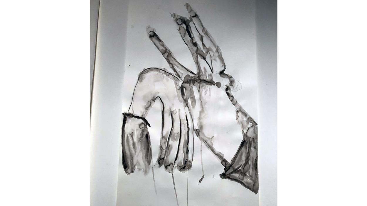 Des mains en noir et blanc, l'une vers le bas, l'autre vers le haut.