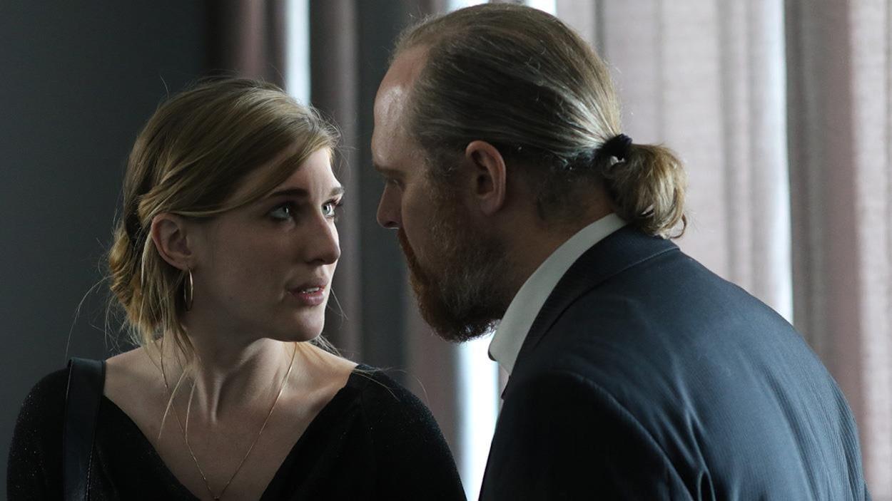 Marlène et Mike Pratt se regardent dans les yeux