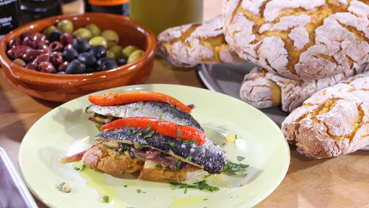 Filets de sardines grillés, compote d'oignons et croûtons de pain de maïs
