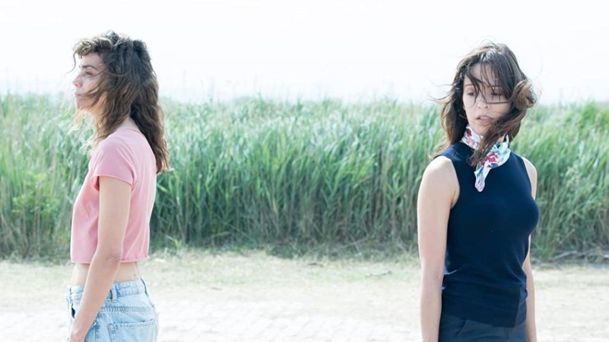 Les deux femmes sont dos à dos.