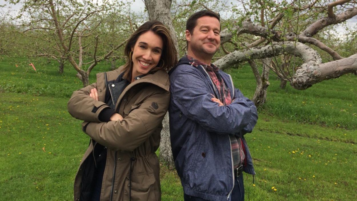 Bianca Gervais et Dany Turcotte sont de dos à dos devant un arbre.