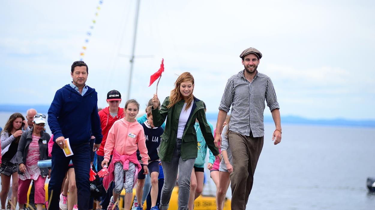 Dany Turcote, Katherine Levac et Patrick Dubois marchent sur la plage.