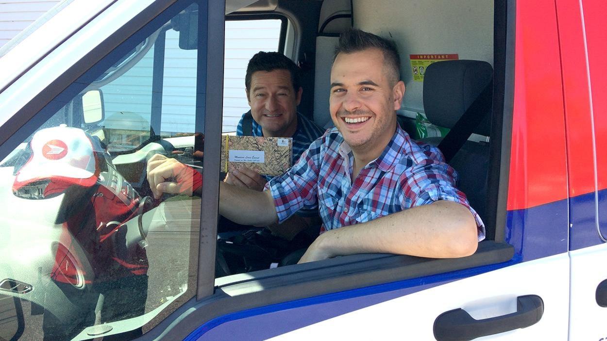 Pierre Hébert et Dany Turcotte dans une voiture de Postes Canada