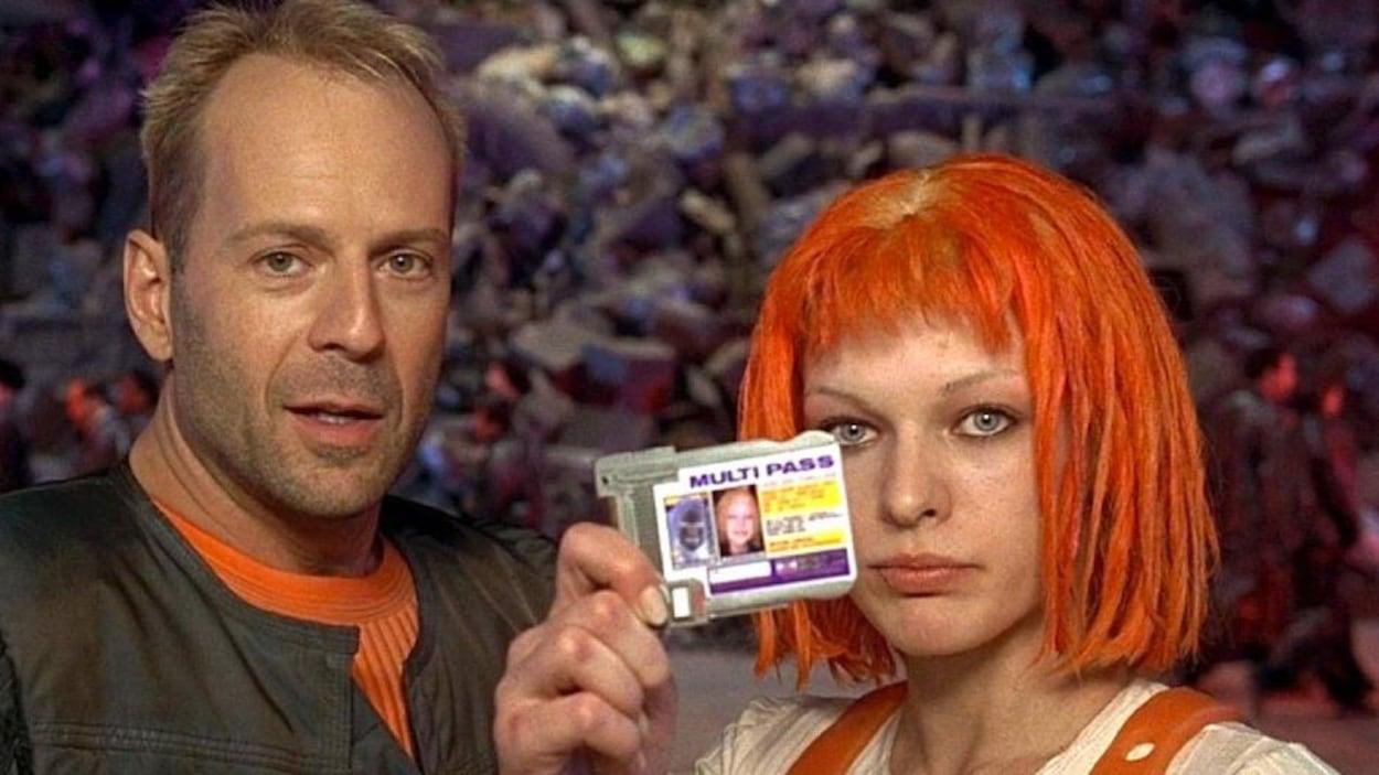 Une femme aux cheveux rouges montre sa carte d'identité, un homme à côté d'elle