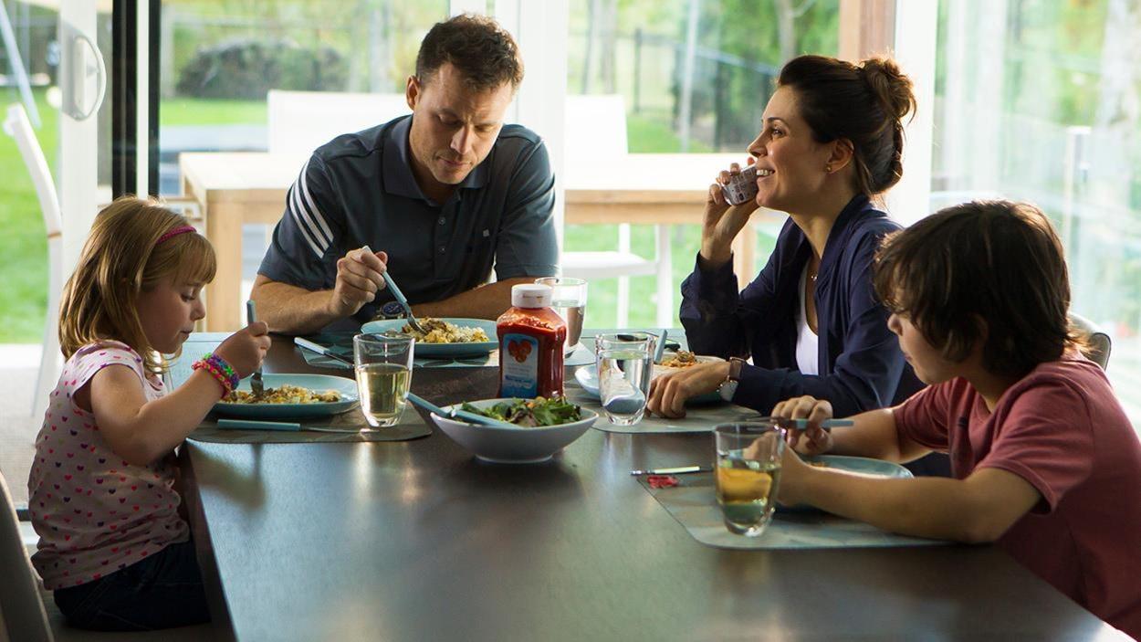 Une famille autour de la table du diner