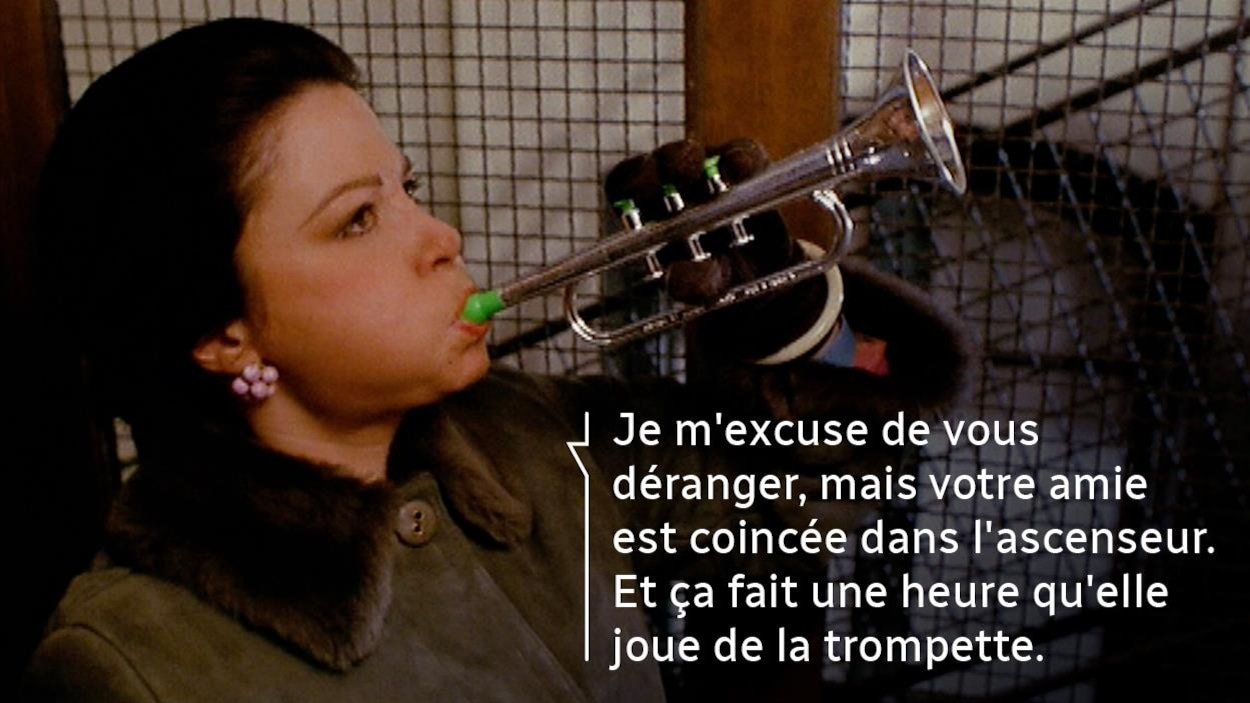 Une réplique du film sur une image d'une femme jouant de la trompette dans un ascenseur