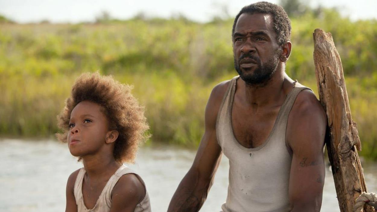 Un homme et une petite fille, assis sur un quai.