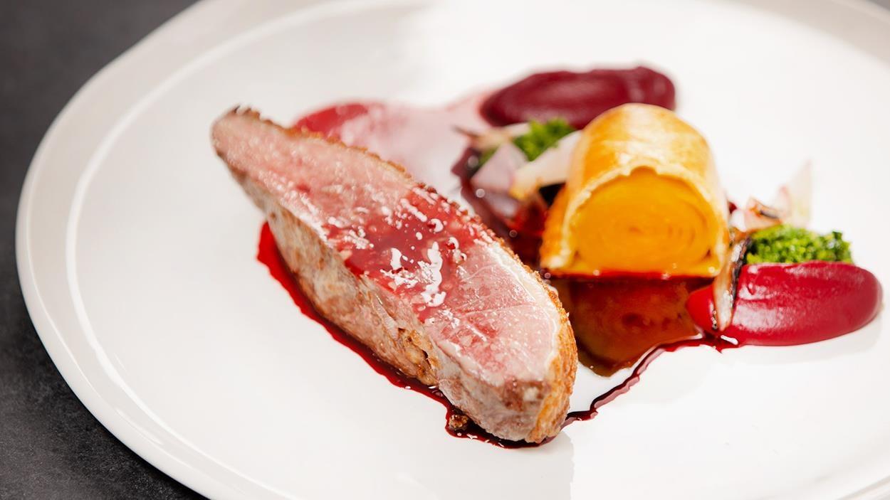 Magret de canard, purée de betterave, pithiviers de betteraves jaunes et jus tonka.Les