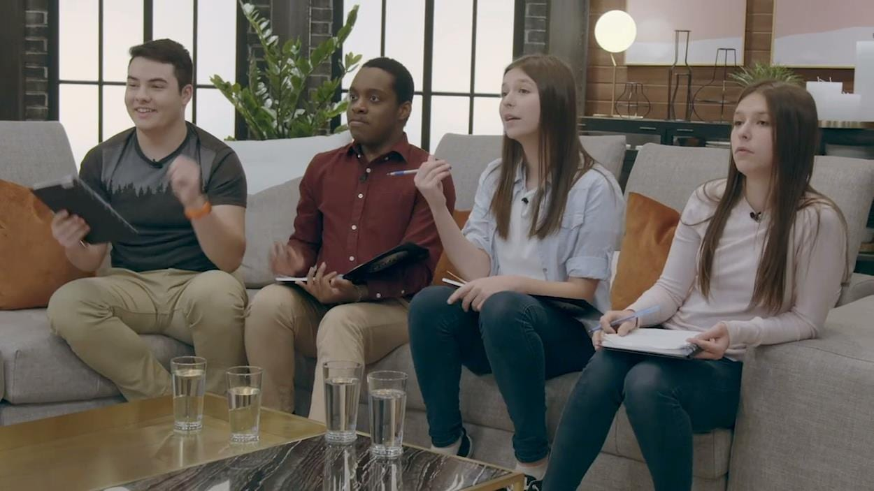 Quatre jeunes de 100 génies, qui jugent les pizzas des aspirants chefs.