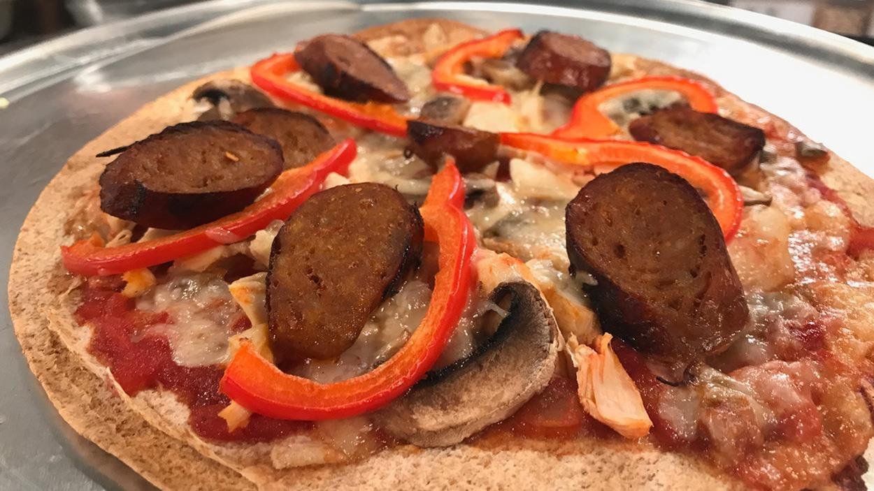 Une pizza fraîchement sortie du four.