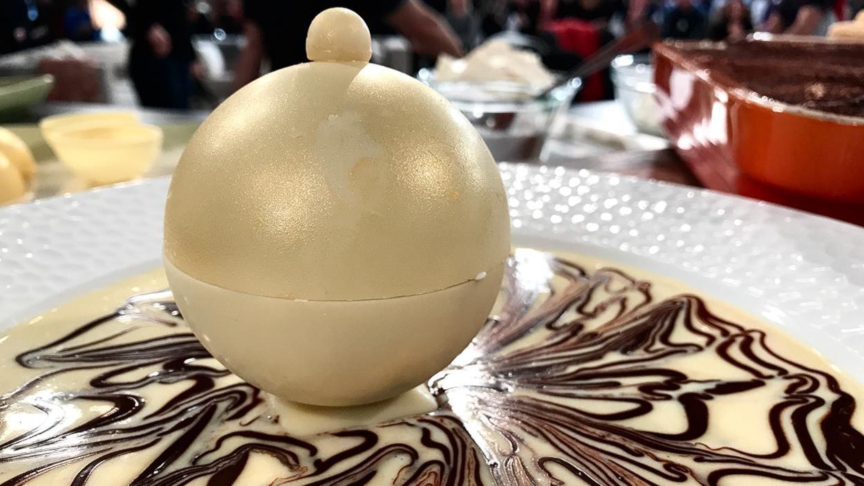 Un tiramisu dans une boule de chocolat blanc.